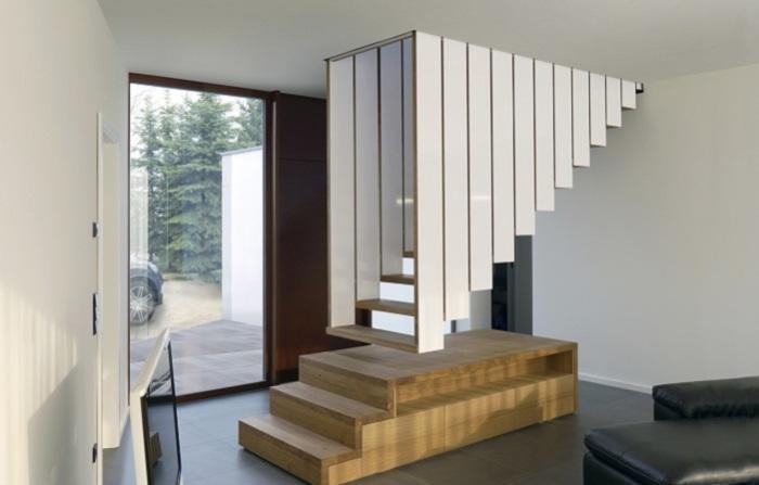 Лестница, сделанная из дерева и металла, которая словно парит в воздухе.