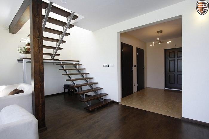 Лестница традиционного дизайна от профессионального дизайнера, которая выглядит, как произведение искусства.