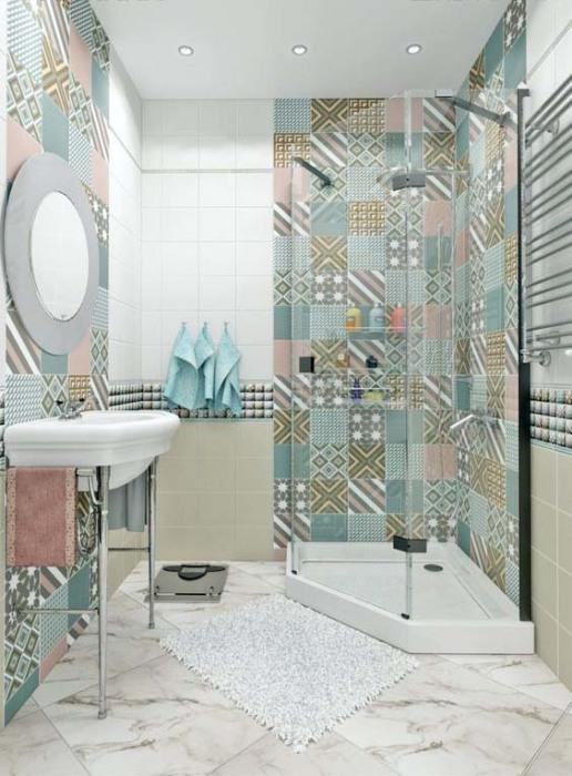 Классический средиземноморский стиль в компактной современной ванной комнате.