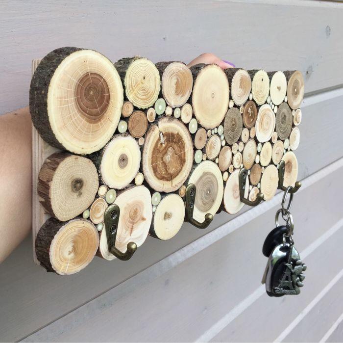 Самодельная ключница из спила – подходящий вариант для тех, кому нравятся поделки из дерева в интерьере.