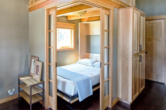 Для ощущения максимального комфорта и уюта спальное место можно оградить гипсокартонными стенами и деревянными перегородками.