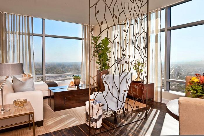 Кованая перегородка позволит правильно разделить пространство и станет отличным решением для малогабаритного помещения.