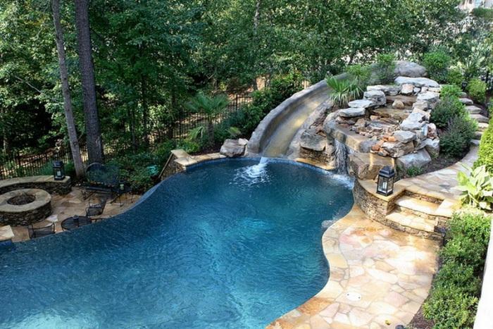 Этот бассейн расположен возле небольшого настоящего водопада.