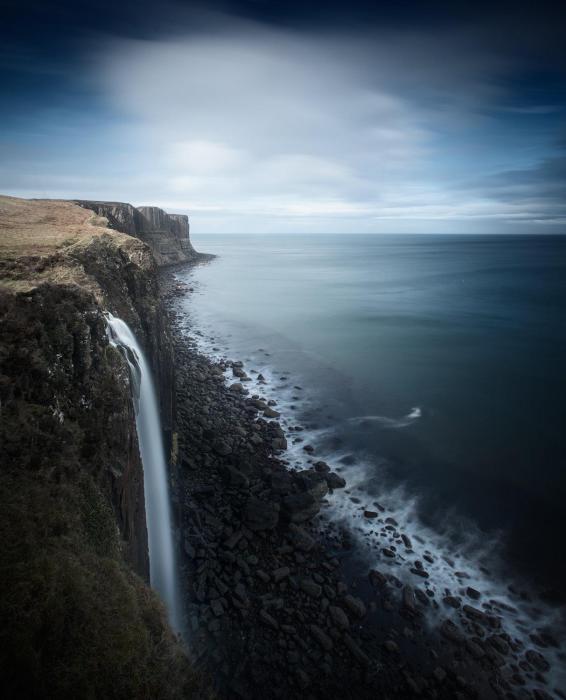 Высокие скалы на берегах океана.