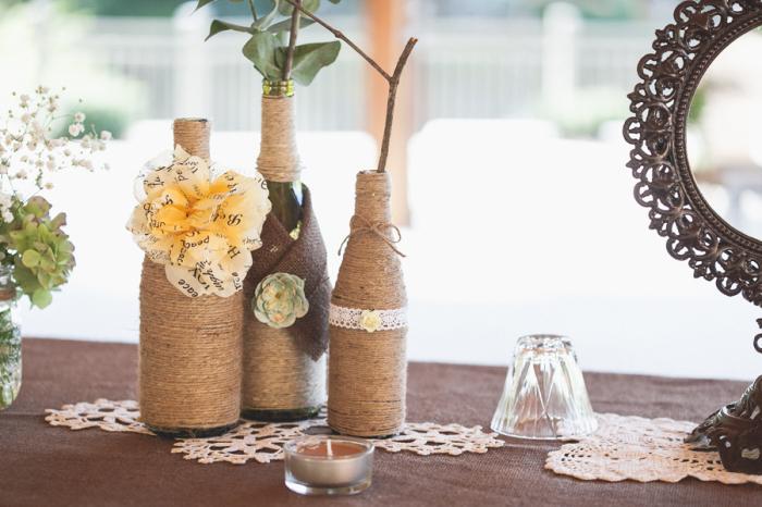 Прекрасный способ украсить бутылку в винтажном стиле.