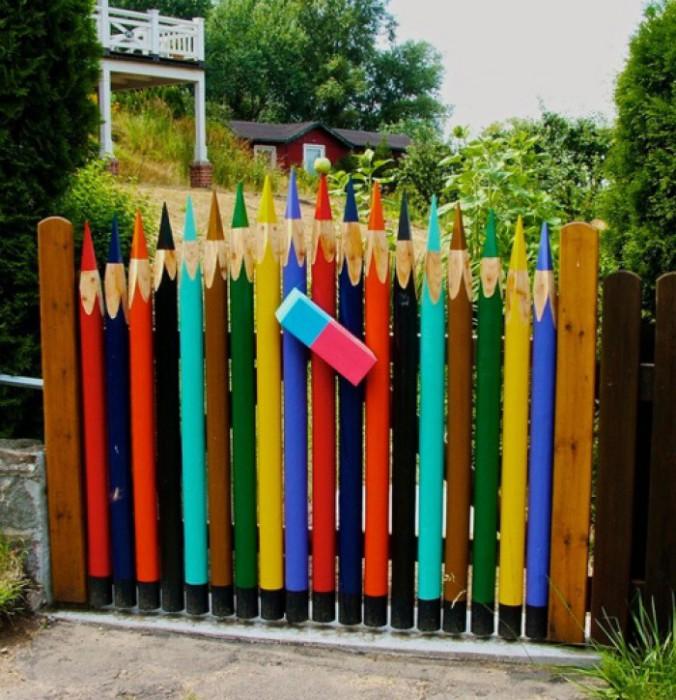 Ворота из разноцветных карандашей для юных школьников.