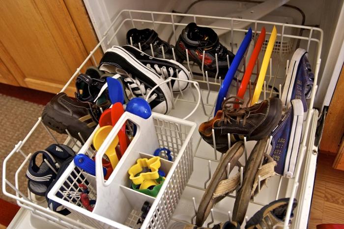 Простой способ вымыть детские игрушки и обувь.