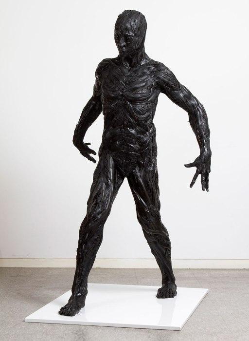 Статуя человека в полный рост.