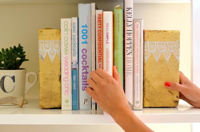 Милые книжные подпорки из кирпичей.