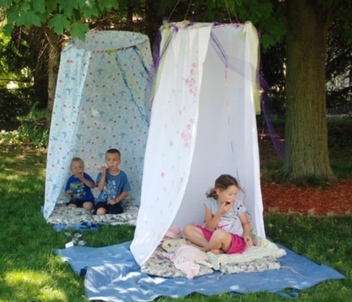Великолепный шалаш возле дерева для детей.