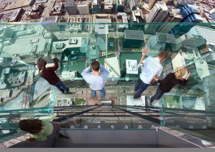 Стеклянный балкон на высоте почти 400 метров над землей.