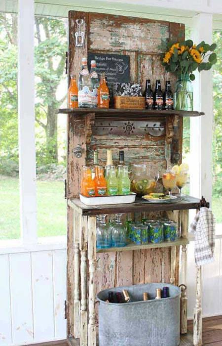 Оригинальный шкафчик для хранения различных напитков.
