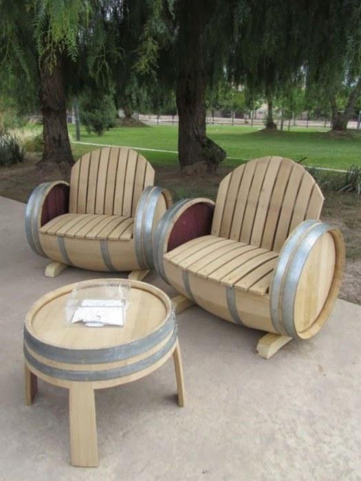 Замечательный набор мебели, созданной вручную из деревянных бочек.