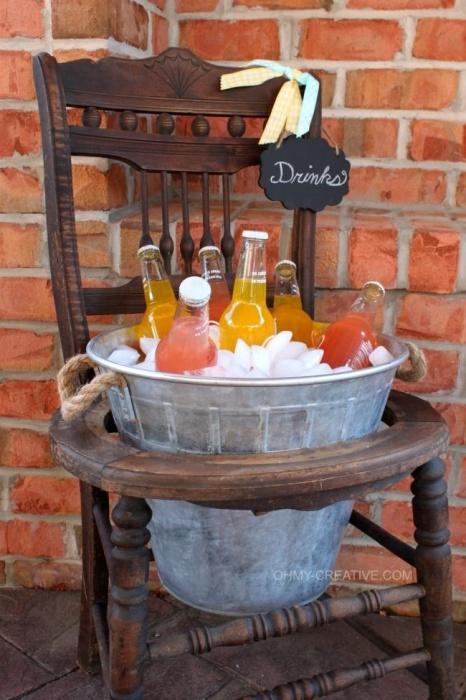 Такое ведерко со льдом украсит любую вечеринку на заднем дворе.