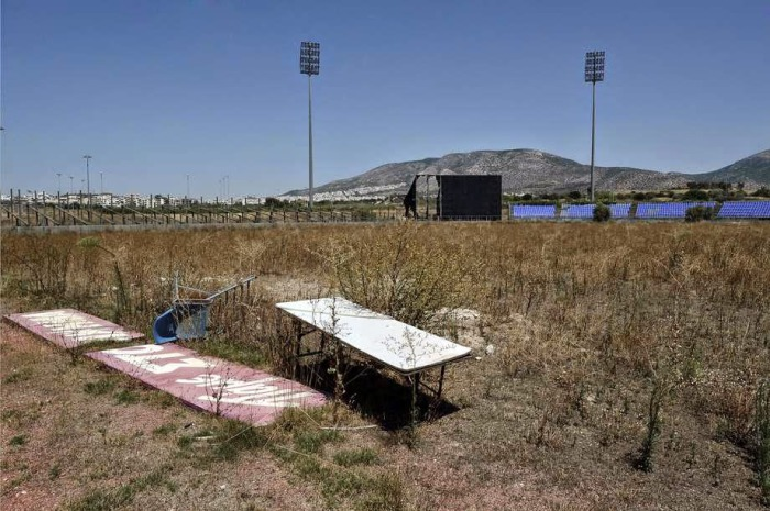 Заброшенная площадка для бэйсбола.