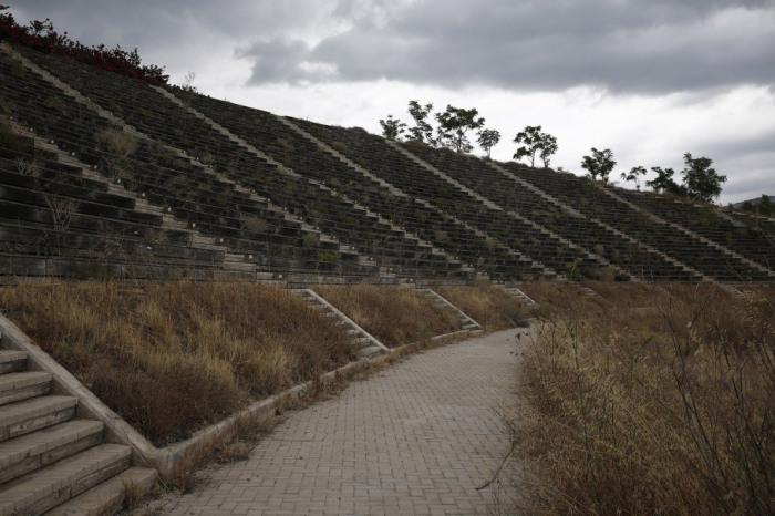 Места для зрителей, которые выглядят как настоящие руины.