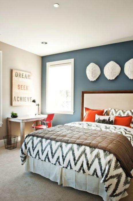 Покрасьте стену в контрастный цвет и добавьте необычное украшение для того, чтобы сделать акцент.