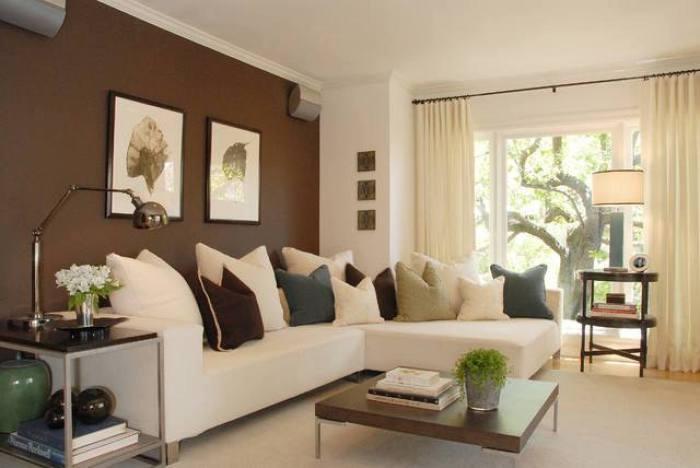Темная стена добавит светлой комнате атмосферу тепла и уюта.
