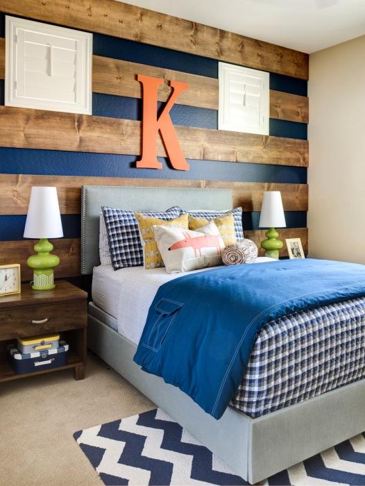 Деревянные рейки при декорировании акцентной стены в комнате.