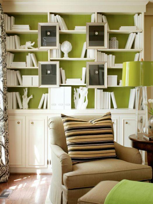 Выкрашенная в белый цвет книжная полка - замечательный способ добавить дизайну комнаты оригинальность.