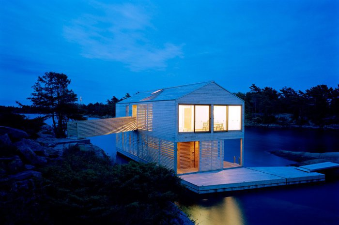 Милый деревянный домик на воде.