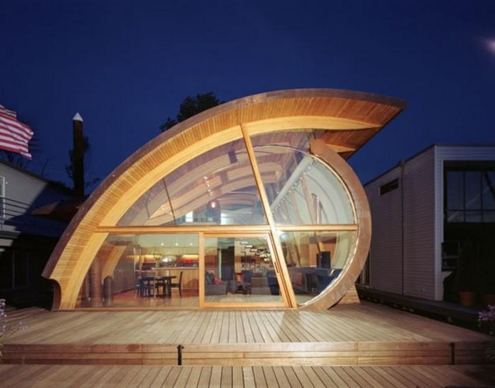 Уникальная форма дома позволяет ему гармонично вписываться в окружающую природу.