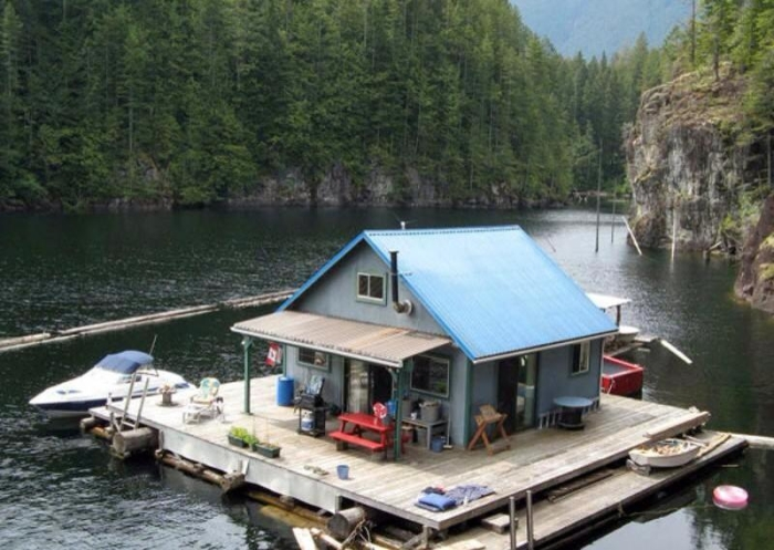 Маленький домик на воде, в котором есть все необходимое для жизни и отдыха.
