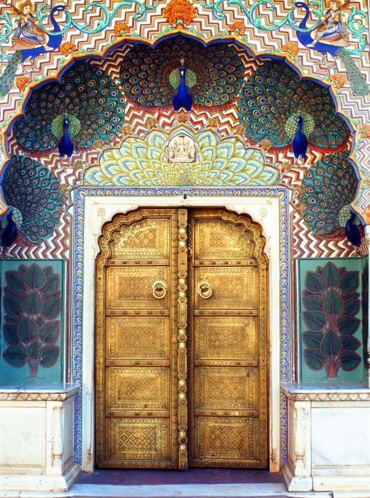 Восхитительные павлины украшают эту дверь.