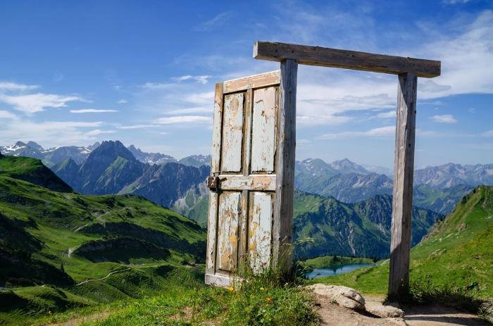 Дверь, ведущая в чудесный мир живописных гор.