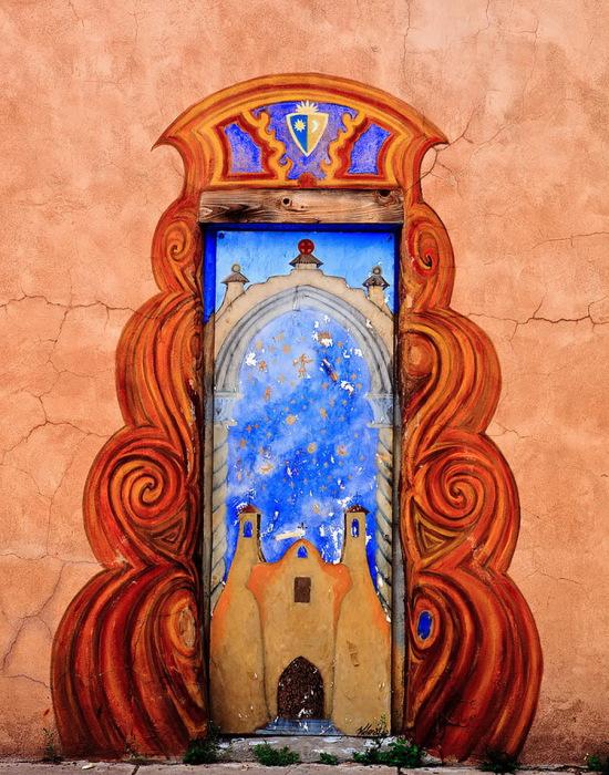 Отыскать дверь за рисунком не так-то просто.