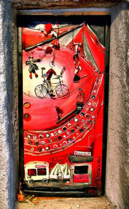 Дверь с изображенным на ней цирком.