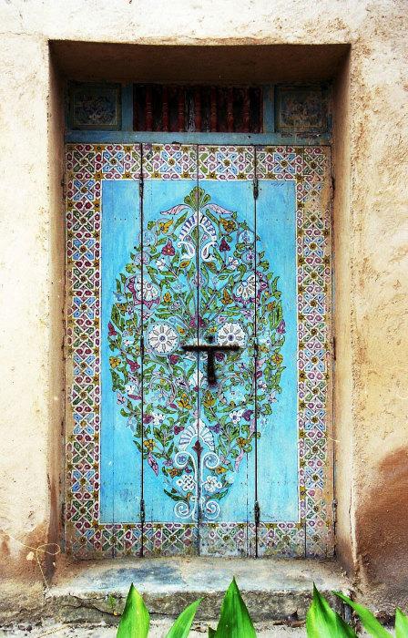 Красивая расписная дверь.