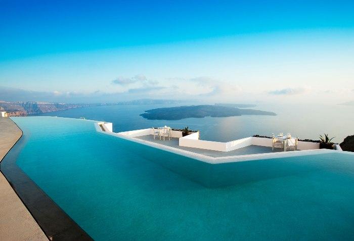 Роскошный бассейн с видом на Средиземное море в Греции.