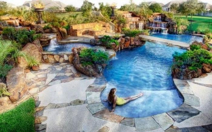Этот прекрасный бассейн напоминает настоящий оазис среди скал.