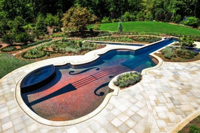 Этот бассейн в форме скрипки Страдивари создан из камня и металла. Более того,он оснащен подводным аудиопроигрывателем.