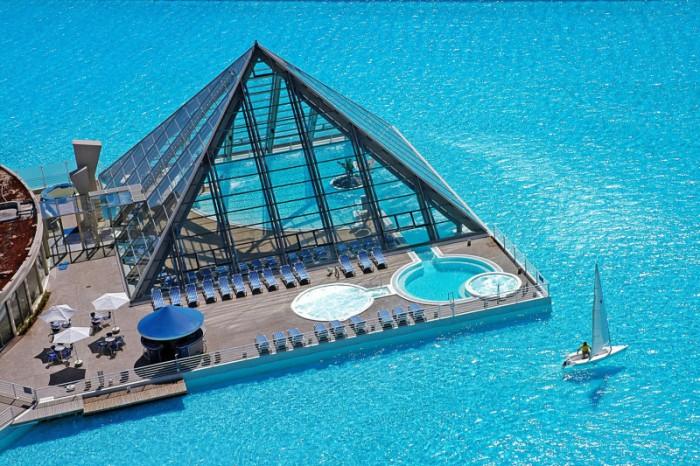 Этот бассейн побил рекорд Гиннеса как самый большой и самый глубокий.