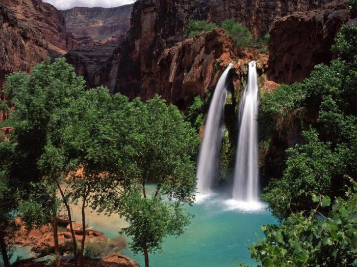 Великолепный водопад в национальном парке Гранд-Каньон.