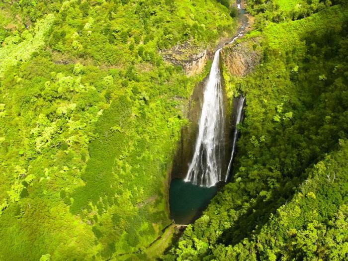 Красивый водопад среди тропического леса.