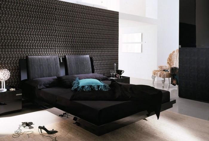 Элегантная черная кровать, приделанная к стене.