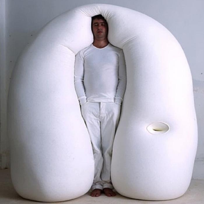 Необычная кровать, в которой можно спать стоя.