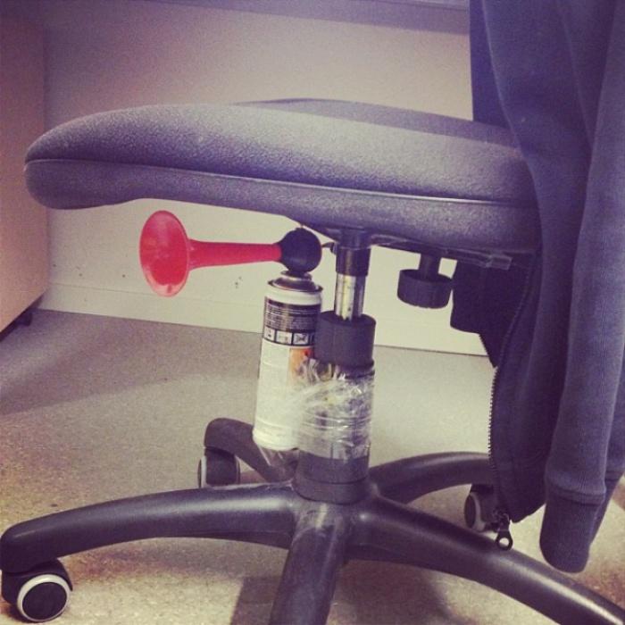 Как только на это кресло сядет его владелец, по всему офису пронесется очень неприятная сирена.