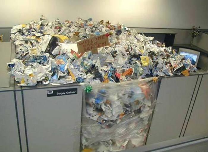 Рабочее место, полностью заваленное мусором, теперь уж точно можно будет назвать «трешовым».