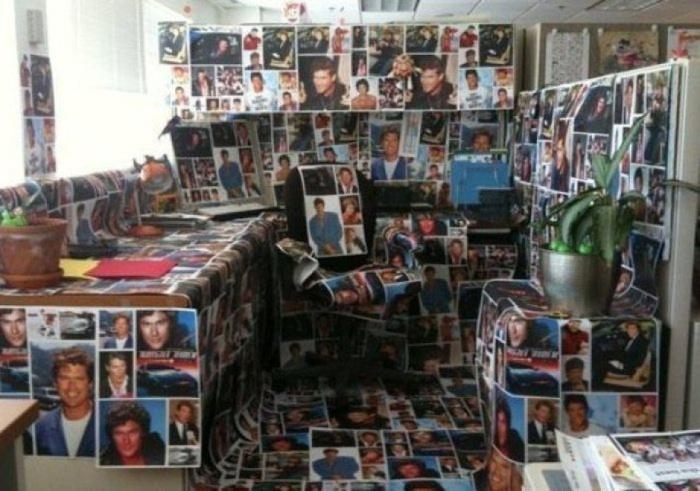 Рабочее место, полностью обклеенное снимками знаменитостей 90-х годов.