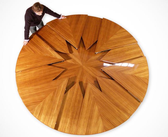 Элегантный  стол-трансформер с причудливым дизайном, который способен увеличиваться в два раза.