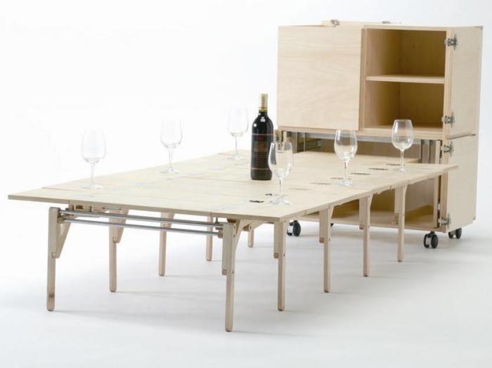 Такой стол - необходимая вещь для каждого, кто живет в маленькой квартире и к кому часто неожиданно заглядывают гости.
