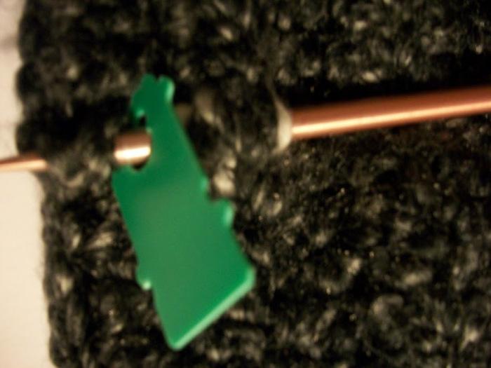Прищепка предотвратит спадание петель со спицы.