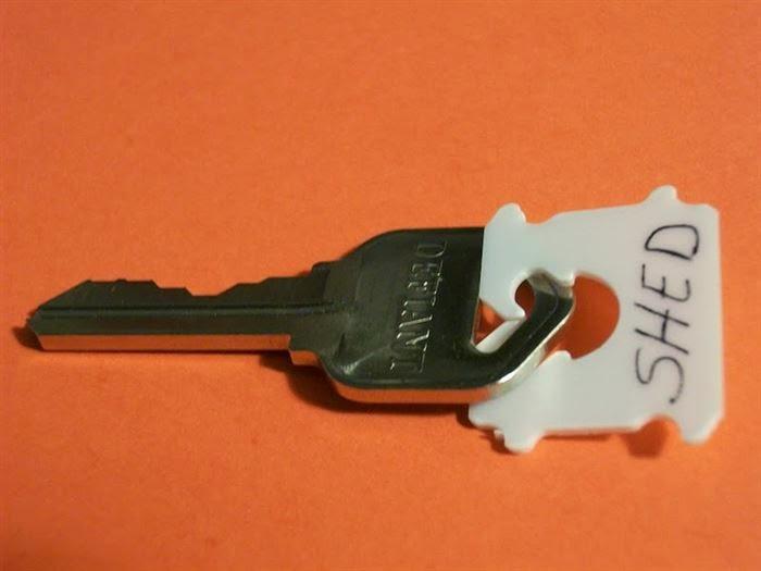 Для тех, у кого множество ключей и кто постоянно теряется в них.