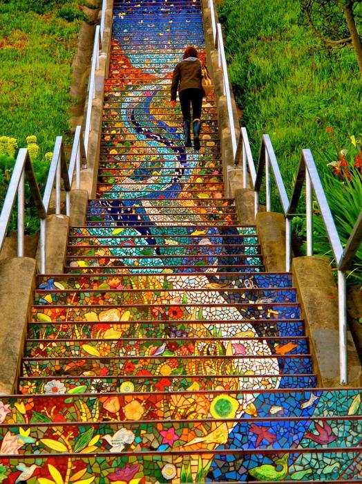 Яркие лестничные ступеньки, покрытые мозаикой из кафеля.
