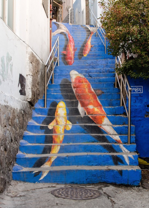 Нарисованные на ступеньках лестницы в столице Южной Кореи карпы.