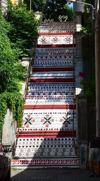 Лестница, напоминающая вышивку.